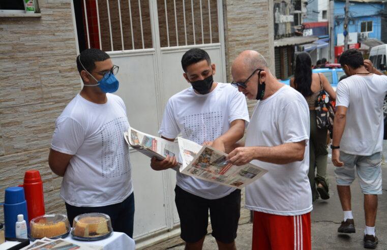 Com café e bolo, moradores da Rocinha recebem 13ª edição do jornal Fala Roça