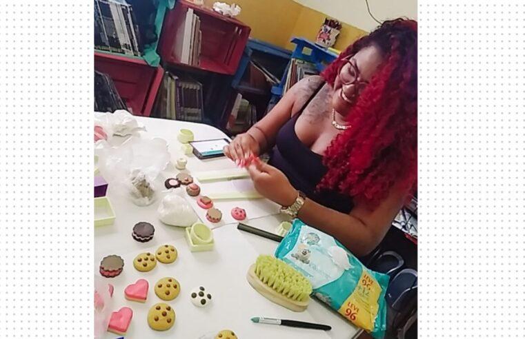 Projeto Mulheres em Ação no Alemão promove oficina de artesanato para moradoras